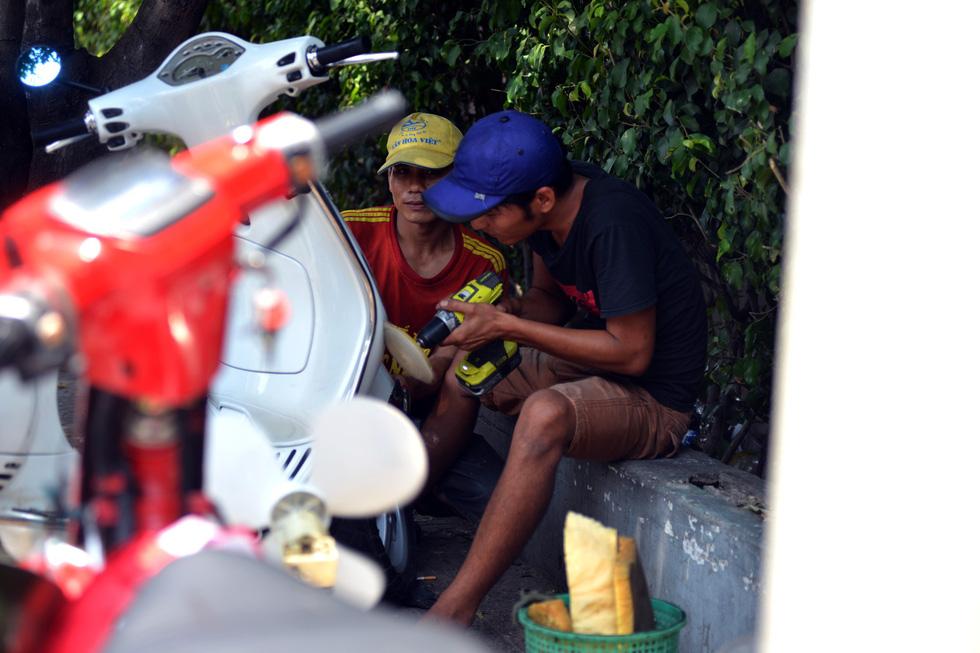 Người Sài Gòn mệt mỏi với cái nóng hầm hập giữa trưa - Ảnh 10.