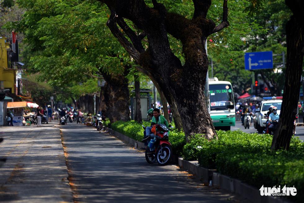 Người Sài Gòn mệt mỏi với cái nóng hầm hập giữa trưa - Ảnh 11.