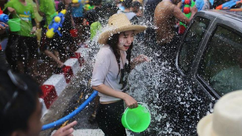 Phụ nữ bị quấy rối tình dục khi tham gia lễ hội té nước - Ảnh 1.