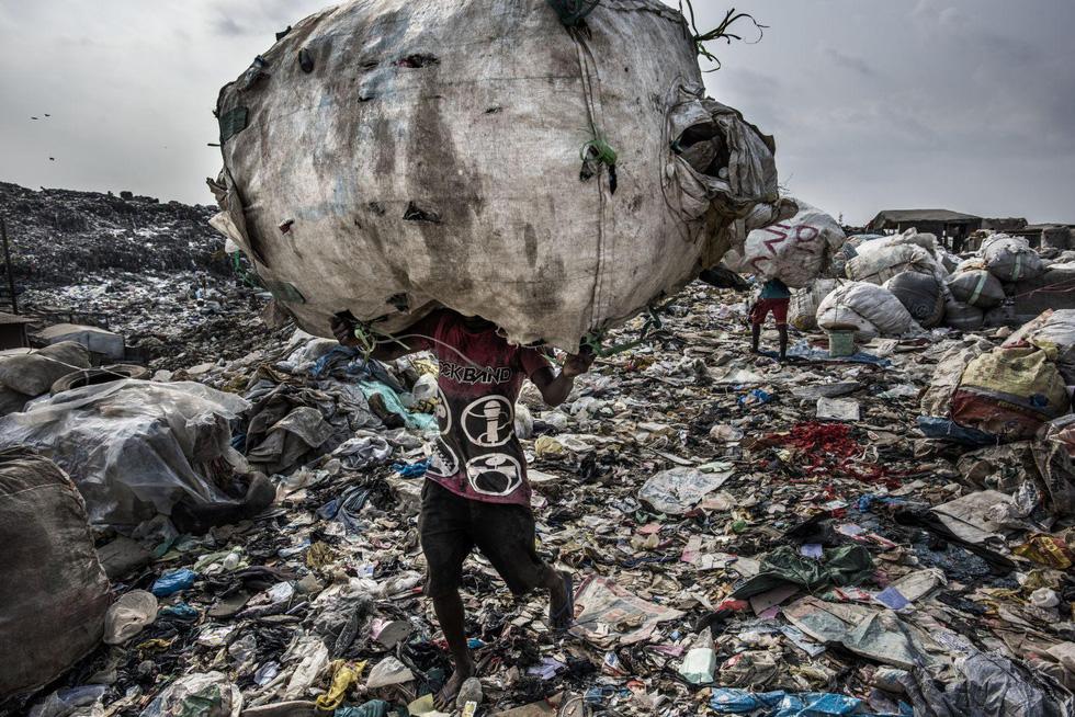 Đường đi của rác qua phóng sự ảnh đoạt giải World Press Photo 2018 - Ảnh 2.
