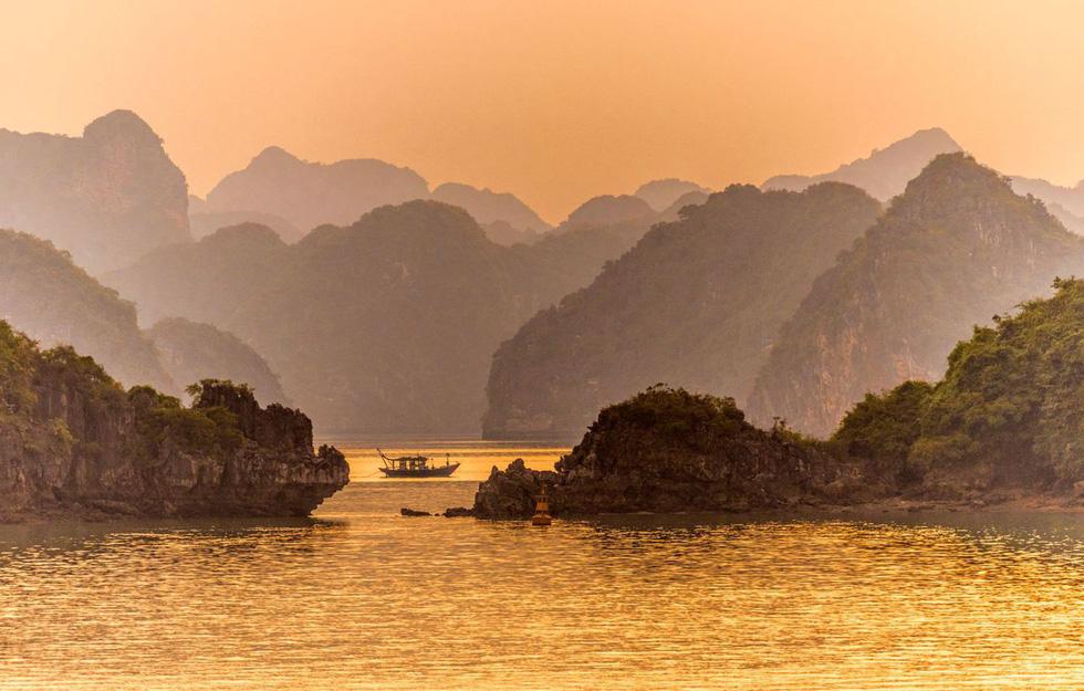 Ngắm Vịnh Hạ Long đẹp từ sáng tới chiều - Ảnh 1.