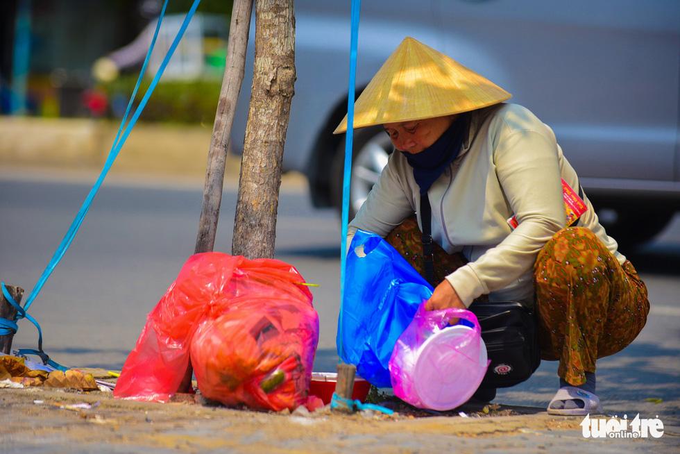 Nhọc nhằn mưu sinh dưới trời nắng như đổ lửa của Sài Gòn - ảnh 5