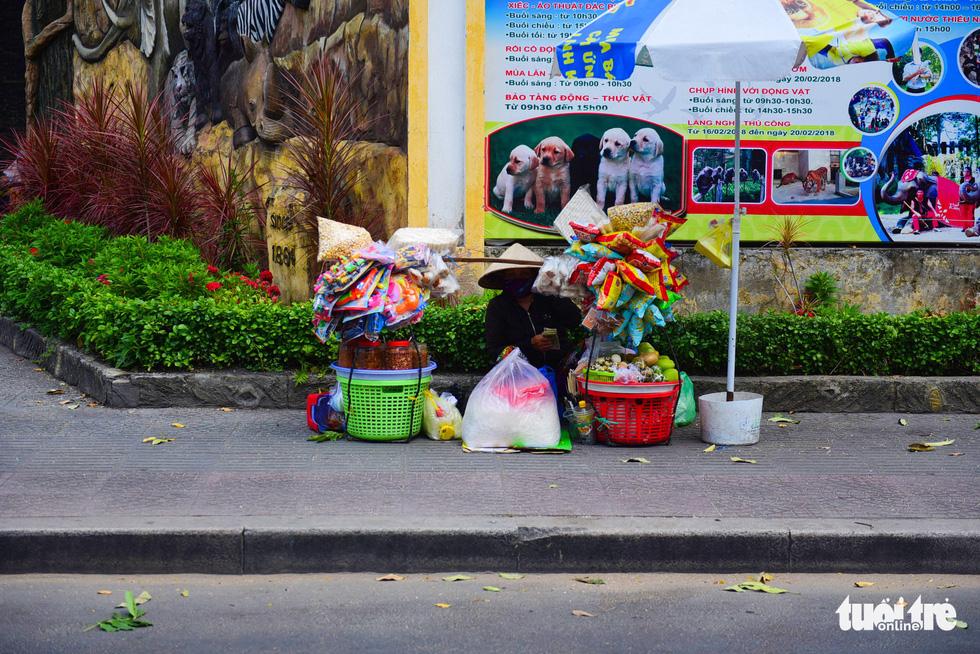 Nhọc nhằn mưu sinh dưới trời nắng như đổ lửa của Sài Gòn - ảnh 7