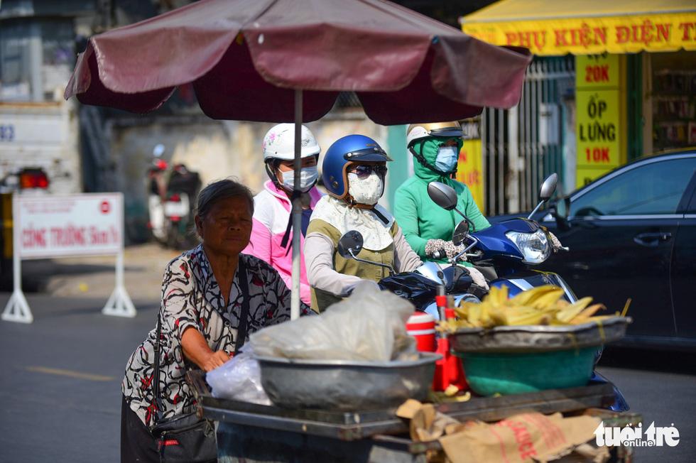 Nhọc nhằn mưu sinh dưới trời nắng như đổ lửa của Sài Gòn - ảnh 10