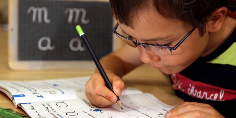 Con cái chúng ta viết chữ xấu do thời đại kỹ thuật số? - Ảnh 1.