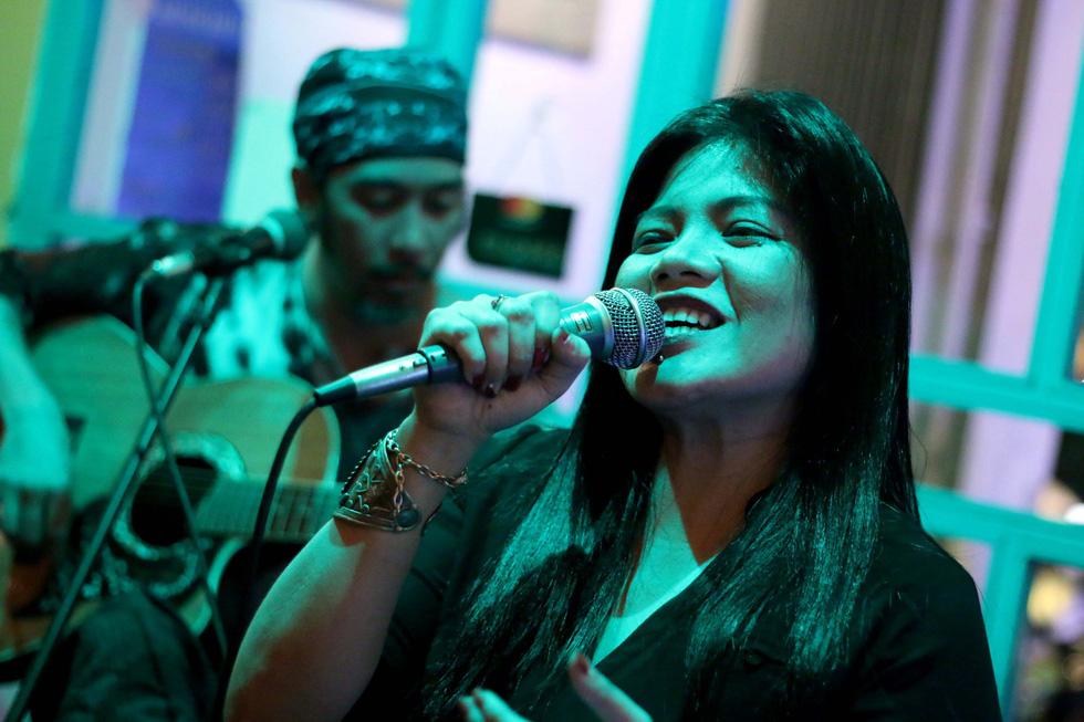 Gánh nặng tiền bạc và nỗi lo cạnh tranh của ca sĩ Philippines ở VN - Ảnh 1.