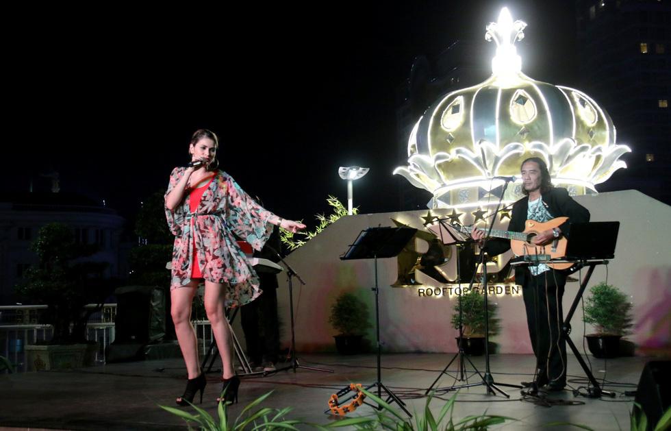 Gánh nặng tiền bạc và nỗi lo cạnh tranh của ca sĩ Philippines ở VN - Ảnh 5.