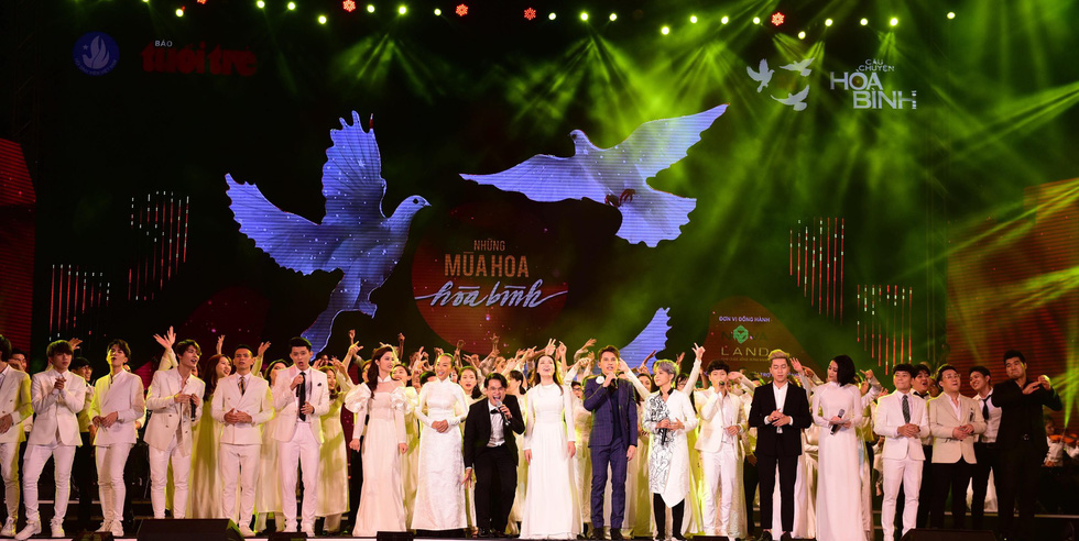 Đông Nhi, Hà Anh Tuấn, Vũ Cát Tường bùng nổ phố đi bộ đêm hòa bình - Ảnh 2.