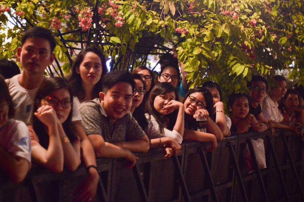 Đông Nhi, Hà Anh Tuấn, Vũ Cát Tường bùng nổ phố đi bộ đêm hòa bình - Ảnh 17.