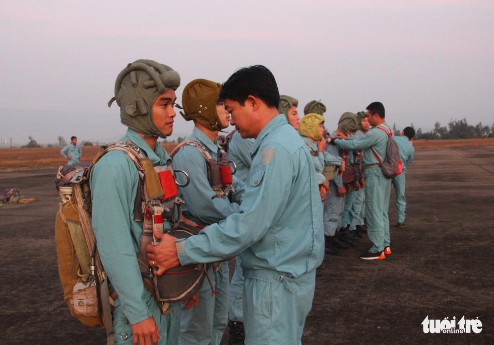 Xem học viên phi công nhảy dù - Ảnh 3.