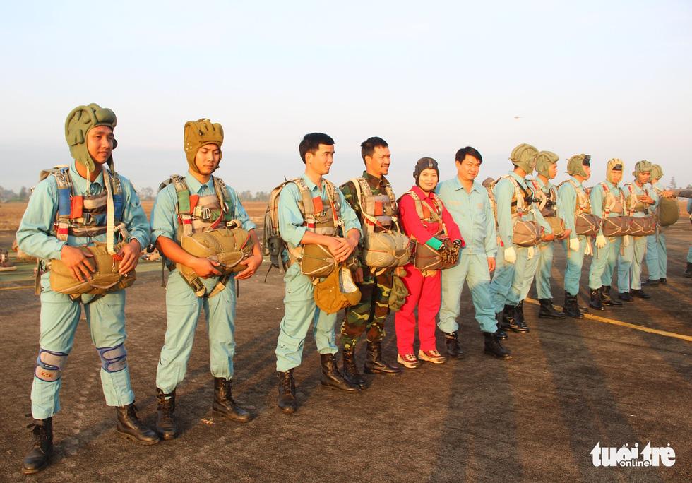 Xem học viên phi công nhảy dù - Ảnh 2.