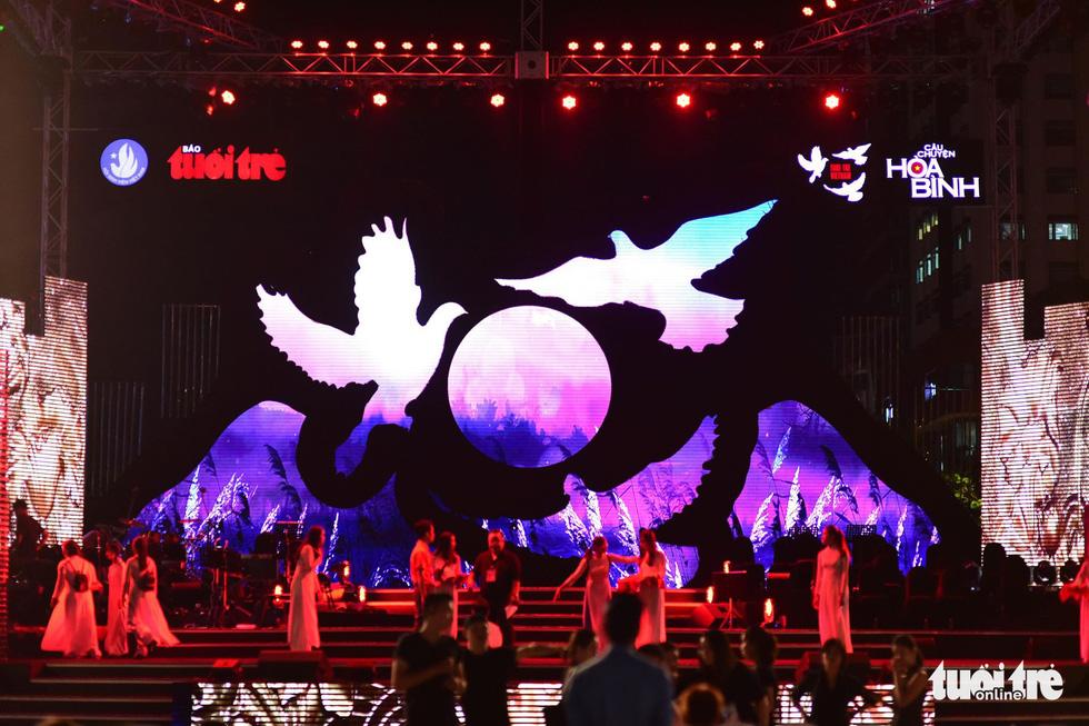 Đông Nhi, Hà Anh Tuấn, Vũ Cát Tường bùng nổ phố đi bộ đêm hòa bình - Ảnh 31.