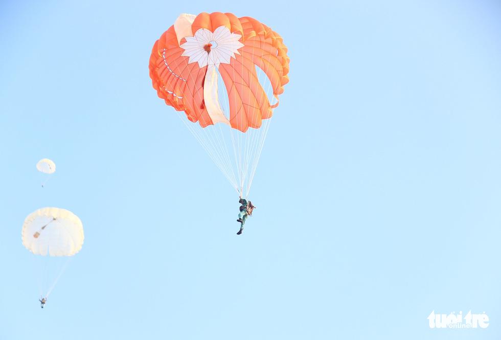 Xem học viên phi công nhảy dù - Ảnh 6.