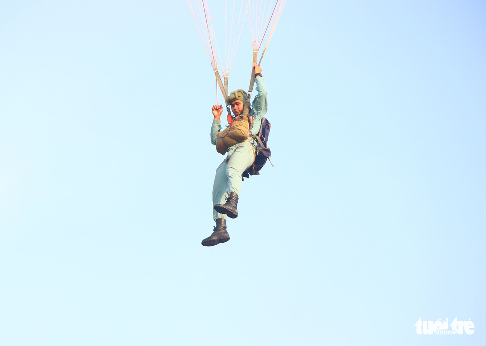 Xem học viên phi công nhảy dù - Ảnh 7.