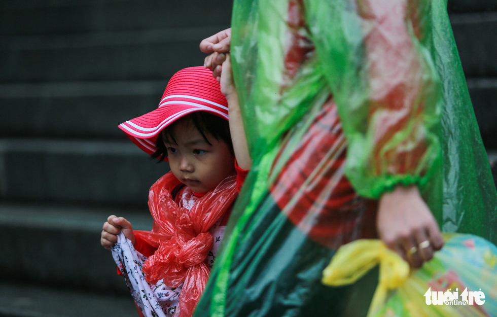 Mưa lớn kéo dài, trẻ em, người già vất vả đi lễ đền Hùng - Ảnh 5.