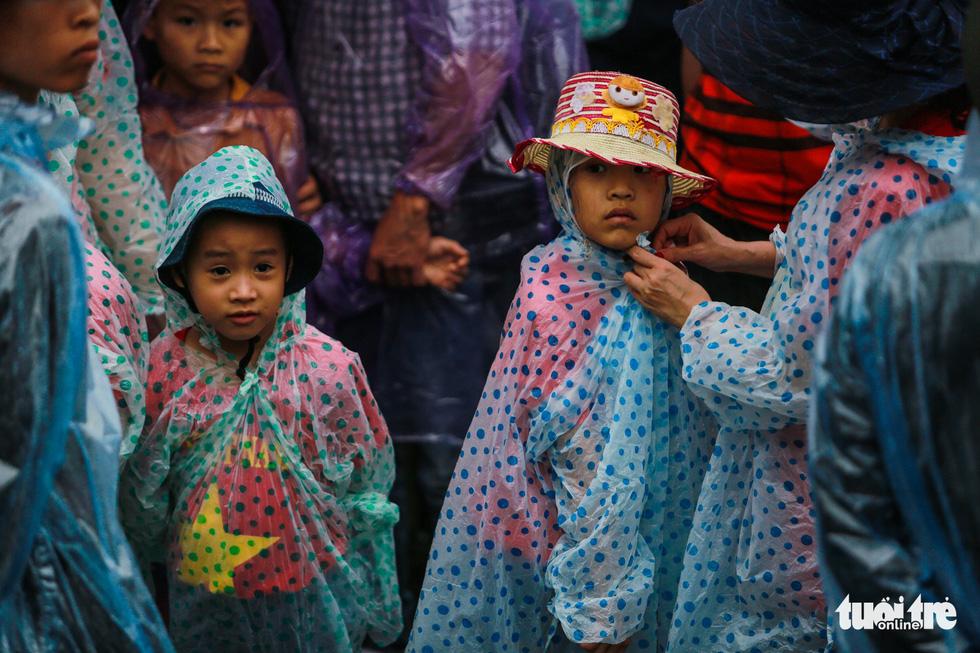 Mưa lớn kéo dài, trẻ em, người già vất vả đi lễ đền Hùng - Ảnh 6.