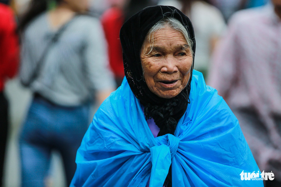 Mưa lớn kéo dài, trẻ em, người già vất vả đi lễ đền Hùng - Ảnh 12.