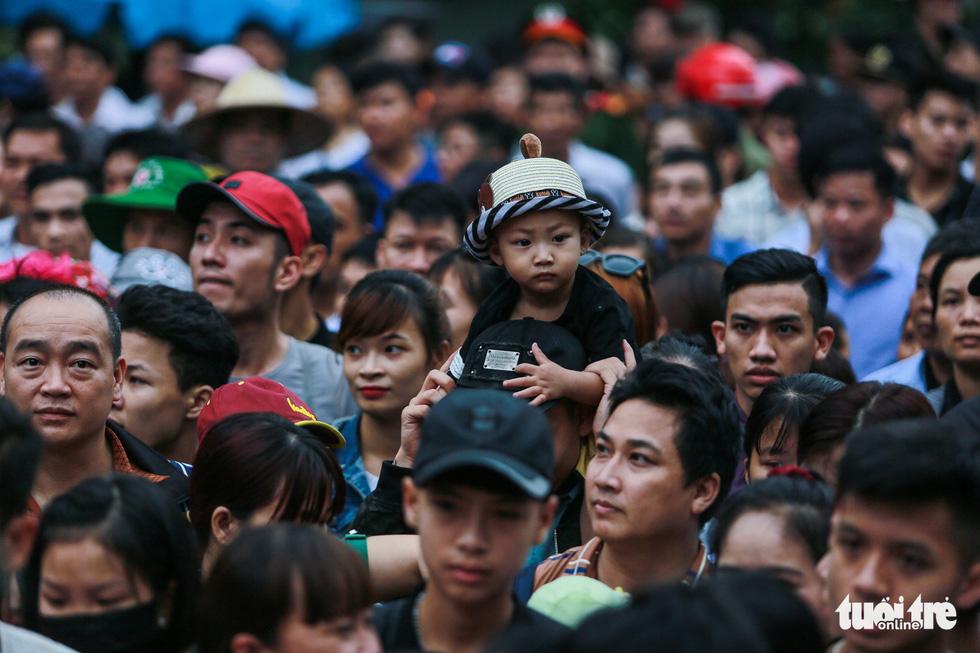 Mưa lớn kéo dài, trẻ em, người già vất vả đi lễ đền Hùng - Ảnh 13.