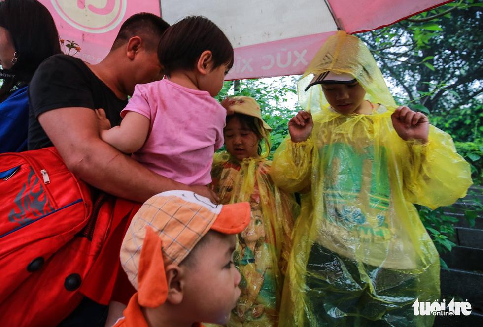 Mưa lớn kéo dài, trẻ em, người già vất vả đi lễ đền Hùng - Ảnh 8.