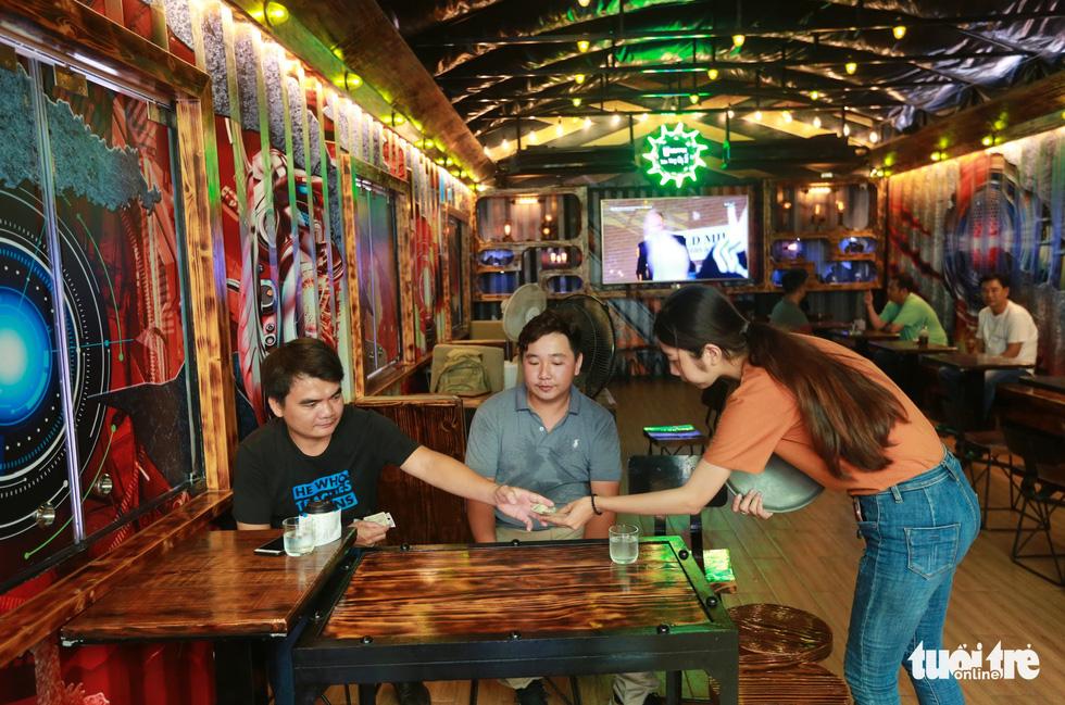 Quán cà phê trong xe container còn hạn đăng kiểm có một không hai tại Sài Gòn - Ảnh 2.
