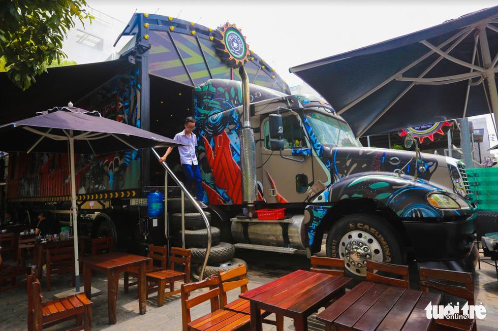 Quán cà phê trong xe container còn hạn đăng kiểm có một không hai tại Sài Gòn - Ảnh 5.