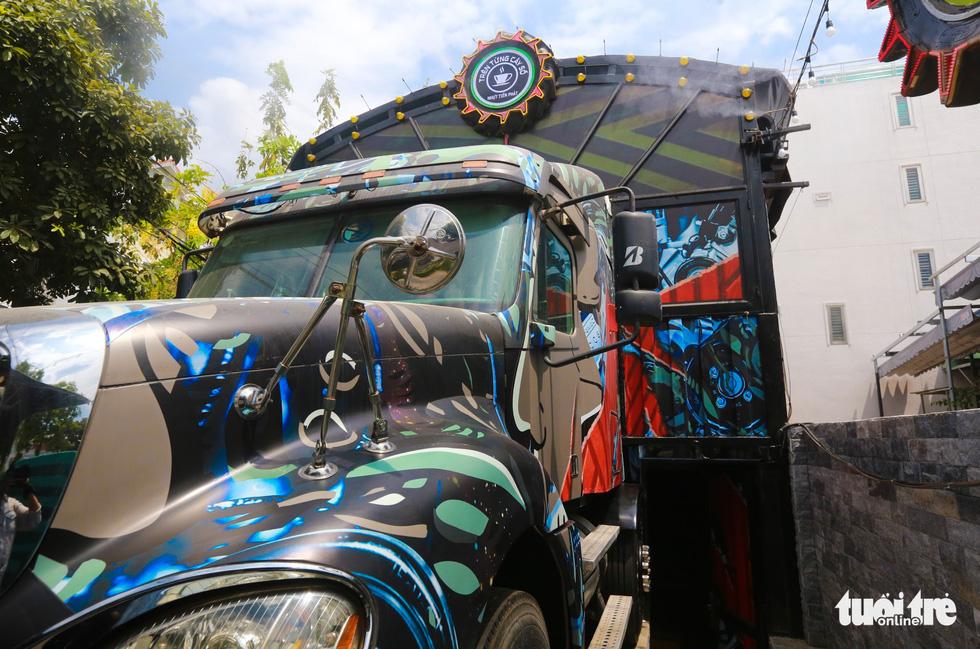 Quán cà phê trong xe container còn hạn đăng kiểm có một không hai tại Sài Gòn - Ảnh 1.