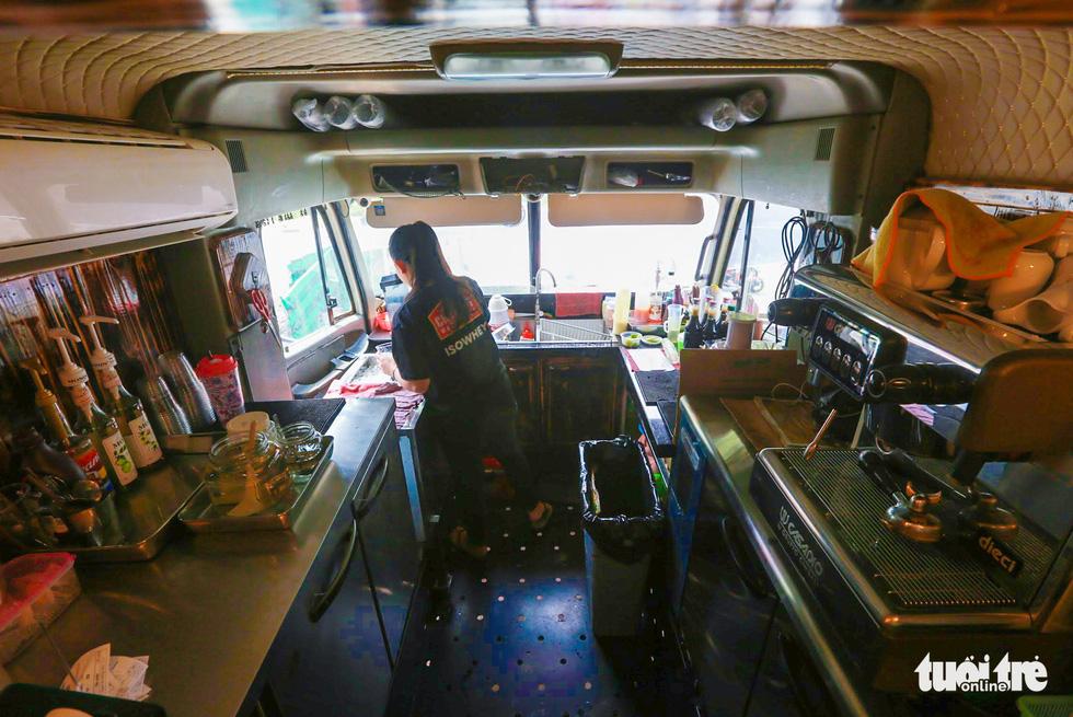 Quán cà phê trong xe container còn hạn đăng kiểm có một không hai tại Sài Gòn - Ảnh 7.