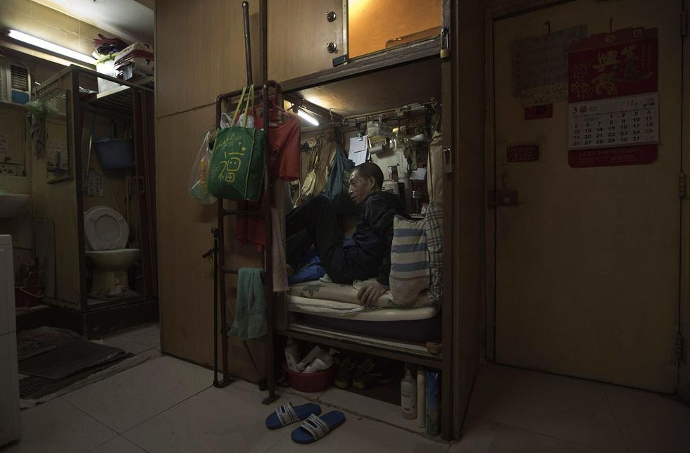 Cuộc sống trong những quan tài ở Hong Kong - Ảnh 1.