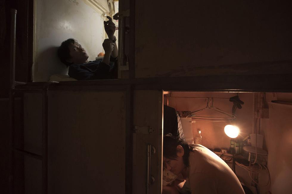 Cuộc sống trong những quan tài ở Hong Kong - Ảnh 2.
