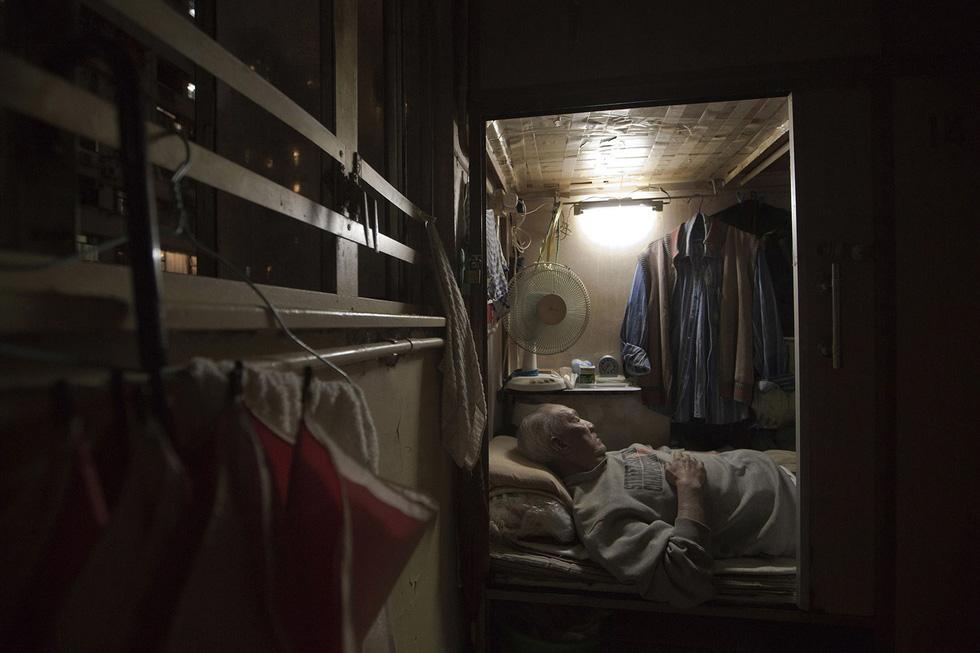 Cuộc sống trong những quan tài ở Hong Kong - Ảnh 4.