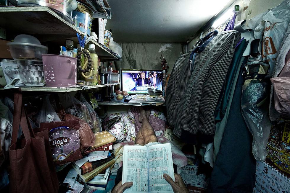Cuộc sống trong những quan tài ở Hong Kong - Ảnh 9.