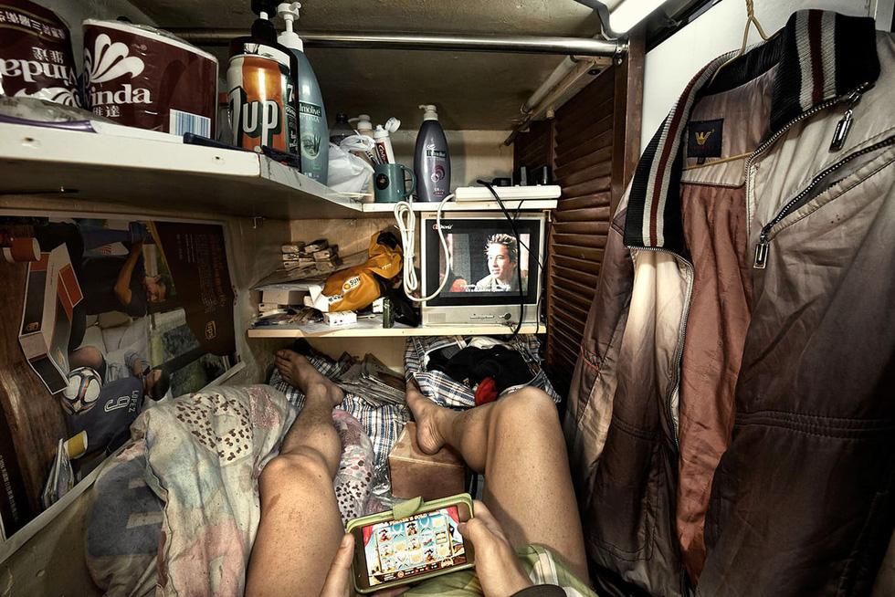 Cuộc sống trong những quan tài ở Hong Kong - Ảnh 10.