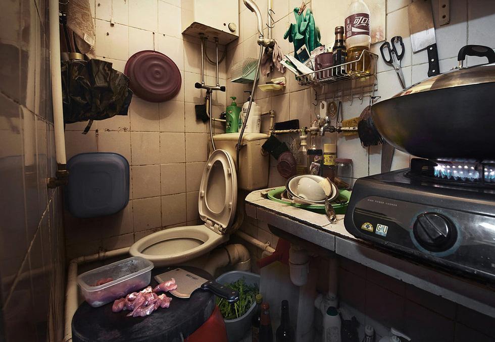 Cuộc sống trong những quan tài ở Hong Kong - Ảnh 13.