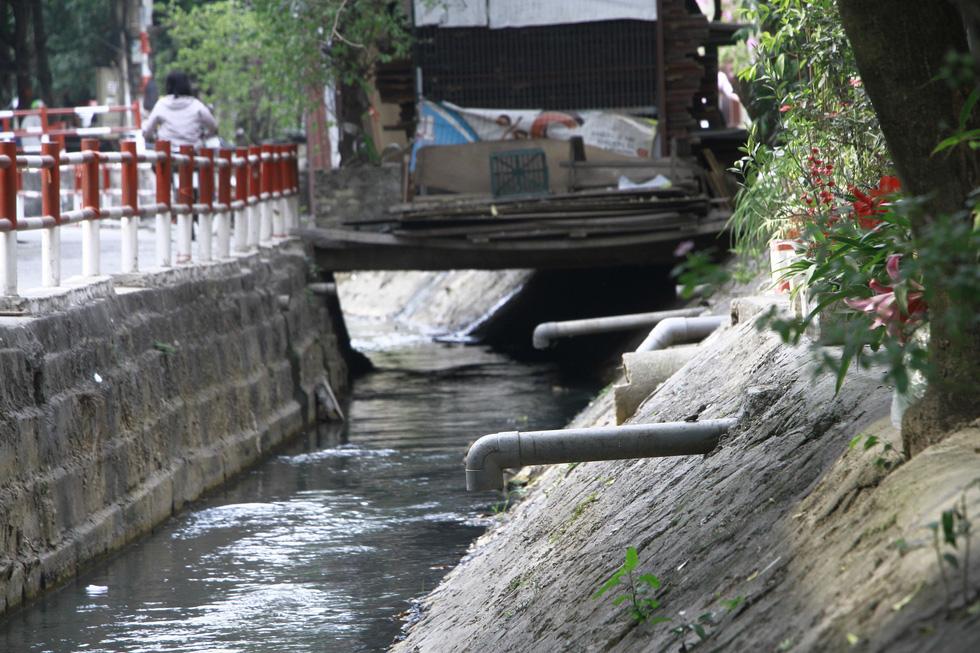 Dân sống khổ bên sông Cầu Đá đổi màu đen đặc - Ảnh 5.