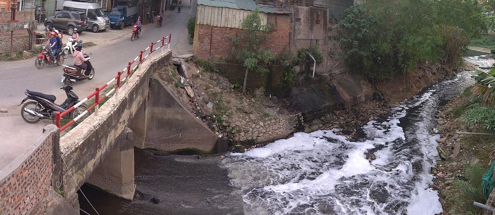 Dân sống khổ bên sông Cầu Đá đổi màu đen đặc - Ảnh 1.