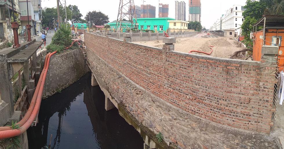 Dân sống khổ bên sông Cầu Đá đổi màu đen đặc - Ảnh 11.