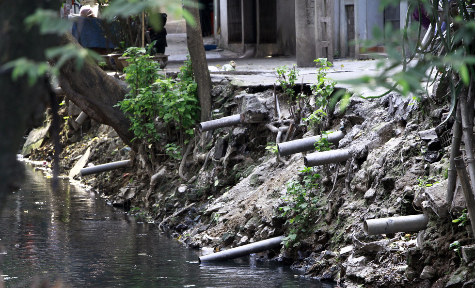 Dân sống khổ bên sông Cầu Đá đổi màu đen đặc - Ảnh 3.