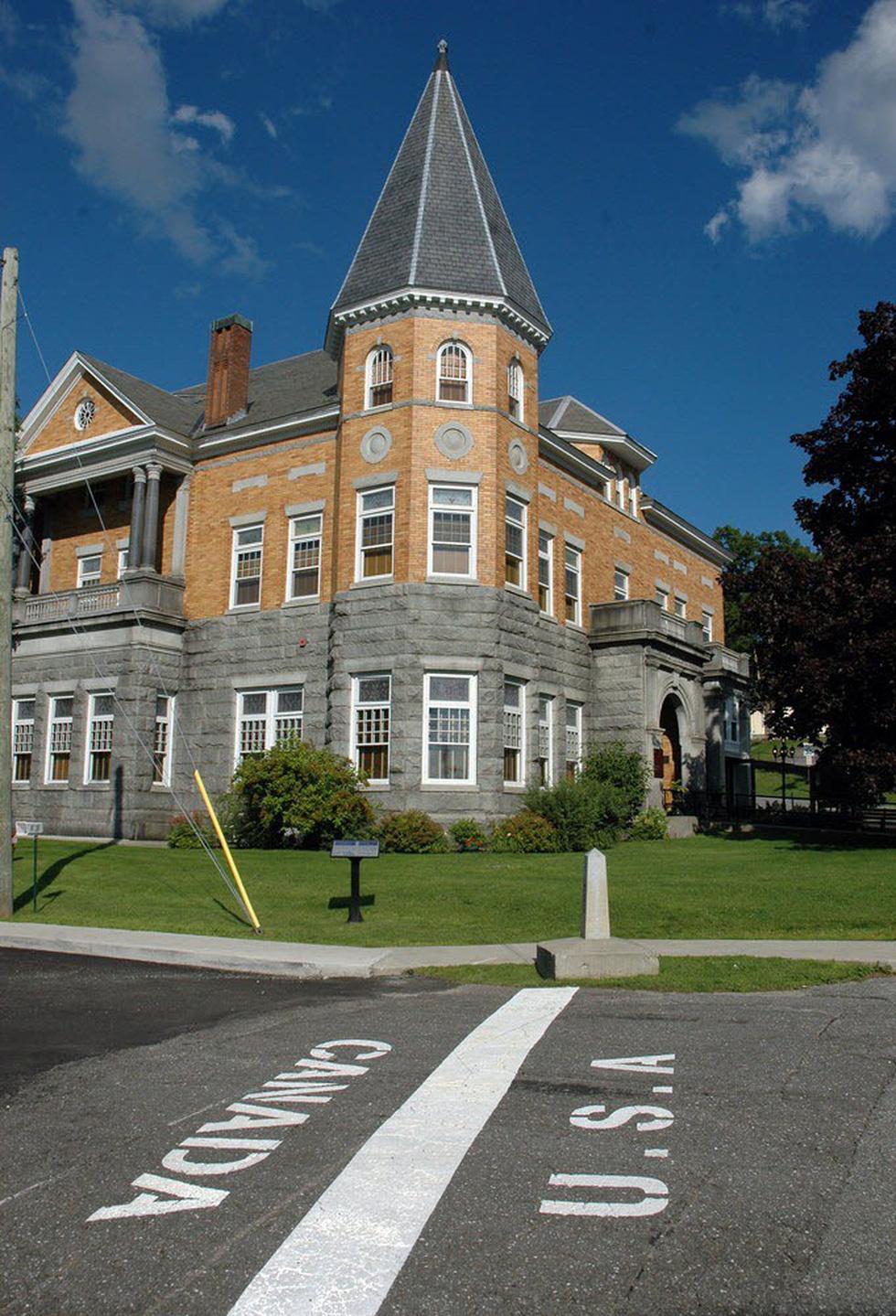 Thư viện và nhà hát kịch nằm giữa Mỹ và Canada - Ảnh 1.