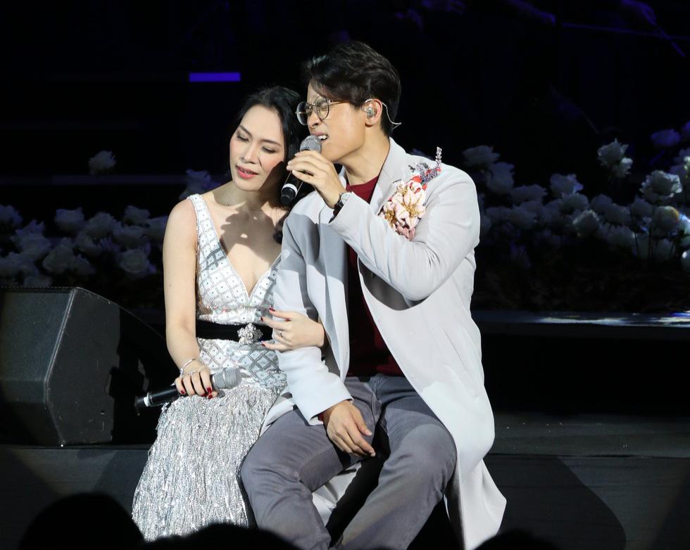 Đêm Romance và Hà Anh Tuấn lộn xộn thơm má Mỹ Tâm 4 lần - Ảnh 1.