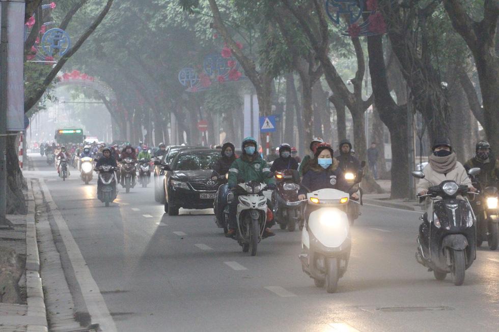 Đến gần trưa, Hà Nội vẫn chìm trong sương mù - Ảnh 5.