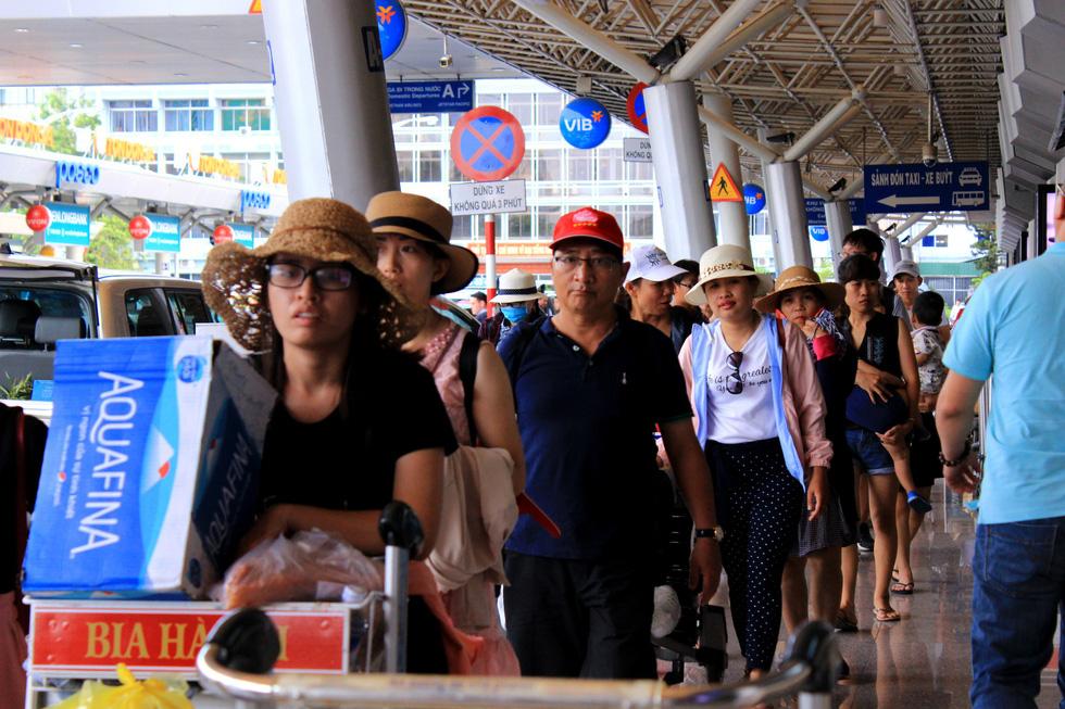 Các cửa ngõ vô Sài Gòn nóng dần ngày nghỉ lễ cuối - Ảnh 3.
