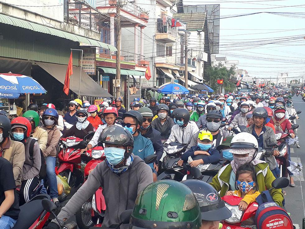 Các cửa ngõ vô Sài Gòn nóng dần ngày nghỉ lễ cuối - Ảnh 13.