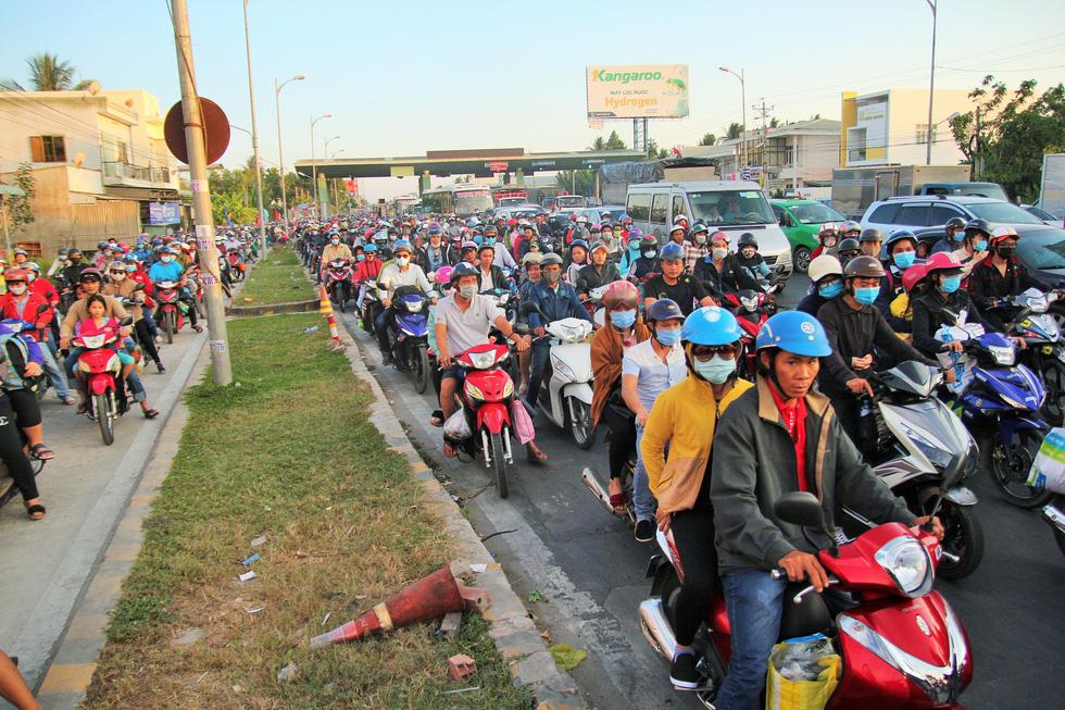 Các cửa ngõ vô Sài Gòn nóng dần ngày nghỉ lễ cuối - Ảnh 21.
