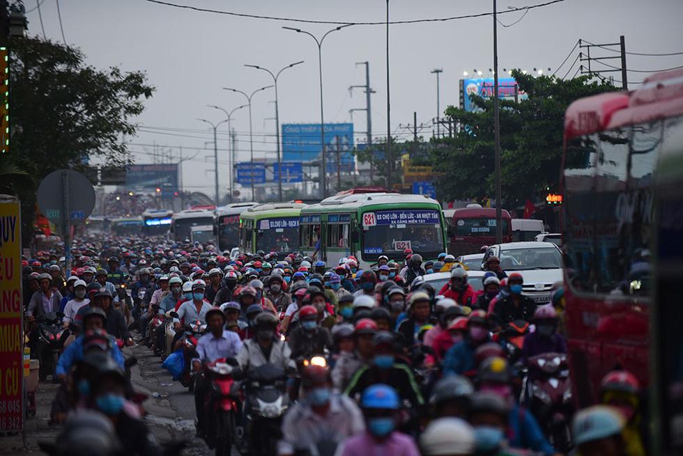 Các cửa ngõ vô Sài Gòn nóng dần ngày nghỉ lễ cuối - Ảnh 19.