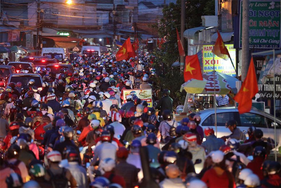 Các cửa ngõ vô Sài Gòn nóng dần ngày nghỉ lễ cuối - Ảnh 10.