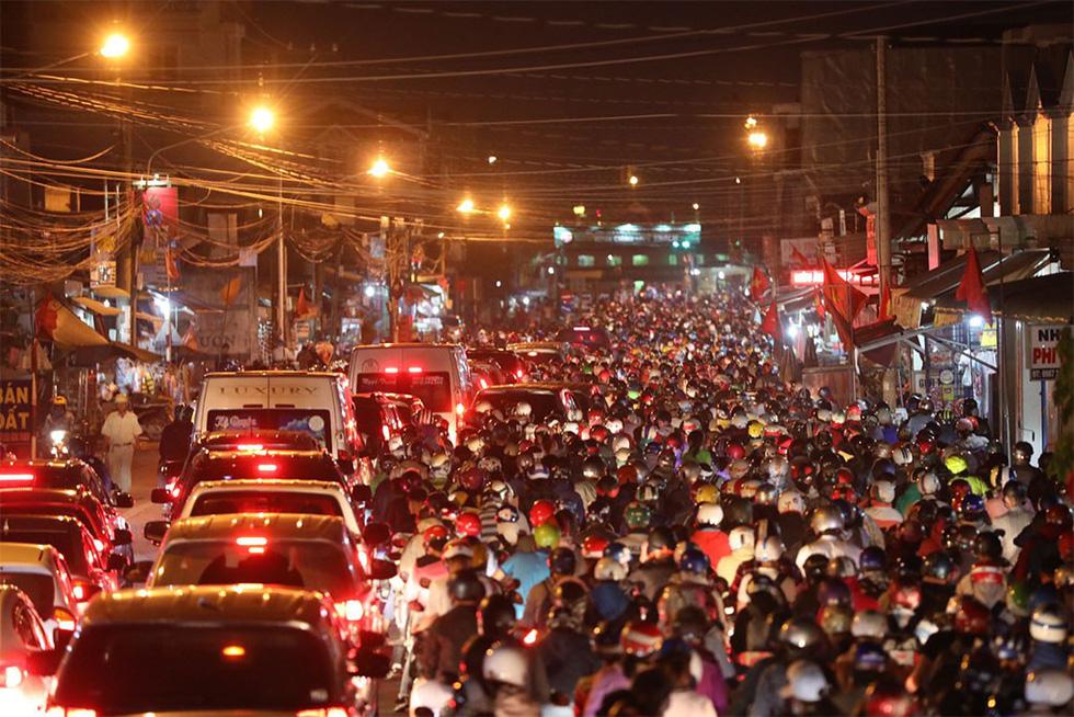 Các cửa ngõ vô Sài Gòn nóng dần ngày nghỉ lễ cuối - Ảnh 8.