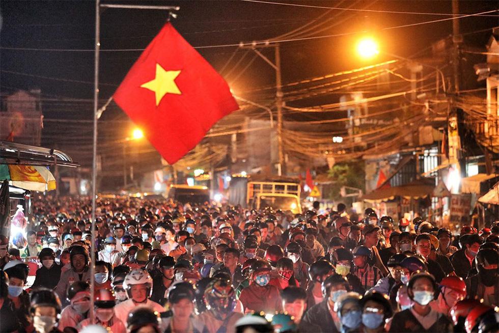 Các cửa ngõ vô Sài Gòn nóng dần ngày nghỉ lễ cuối - Ảnh 1.