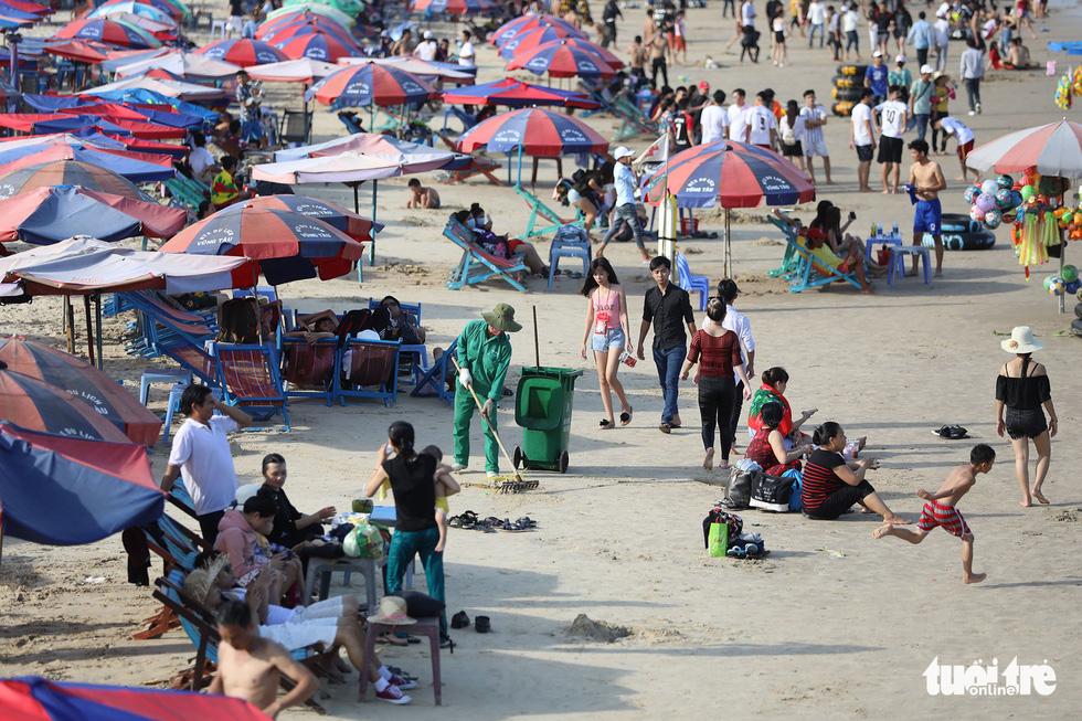 Bãi biển bẩn, do chúng ta đấy chứ - Ảnh 1.