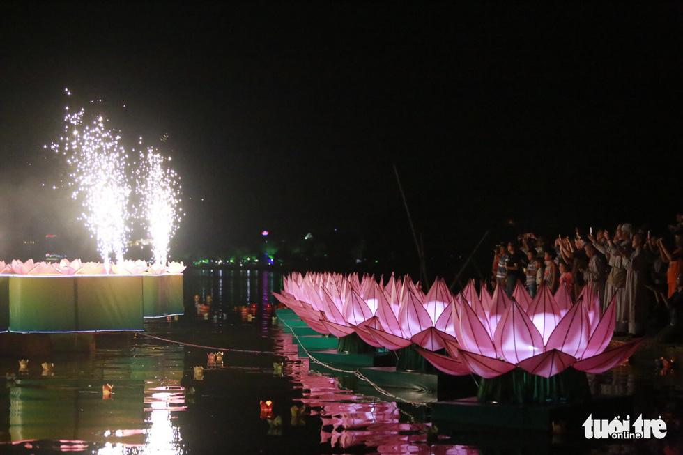 Hoa đăng sáng rực sông Hương cầu quốc thái dân an - Ảnh 9.