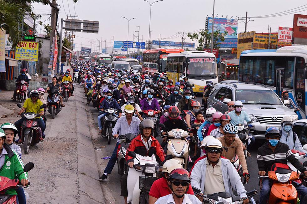 Các cửa ngõ vô Sài Gòn nóng dần ngày nghỉ lễ cuối - Ảnh 15.